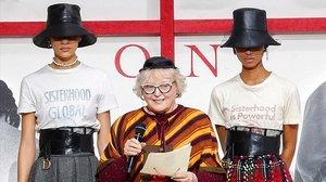 La nueva colección de Dior incorpora dos camisetas con mensaje feminista.