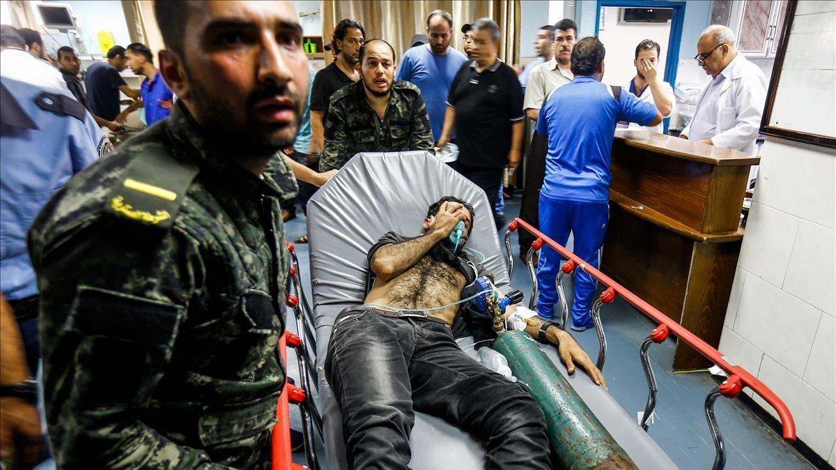 Uno de los palestinos heridos en el ataque israelí es ingresado en un hospital de Gaza.