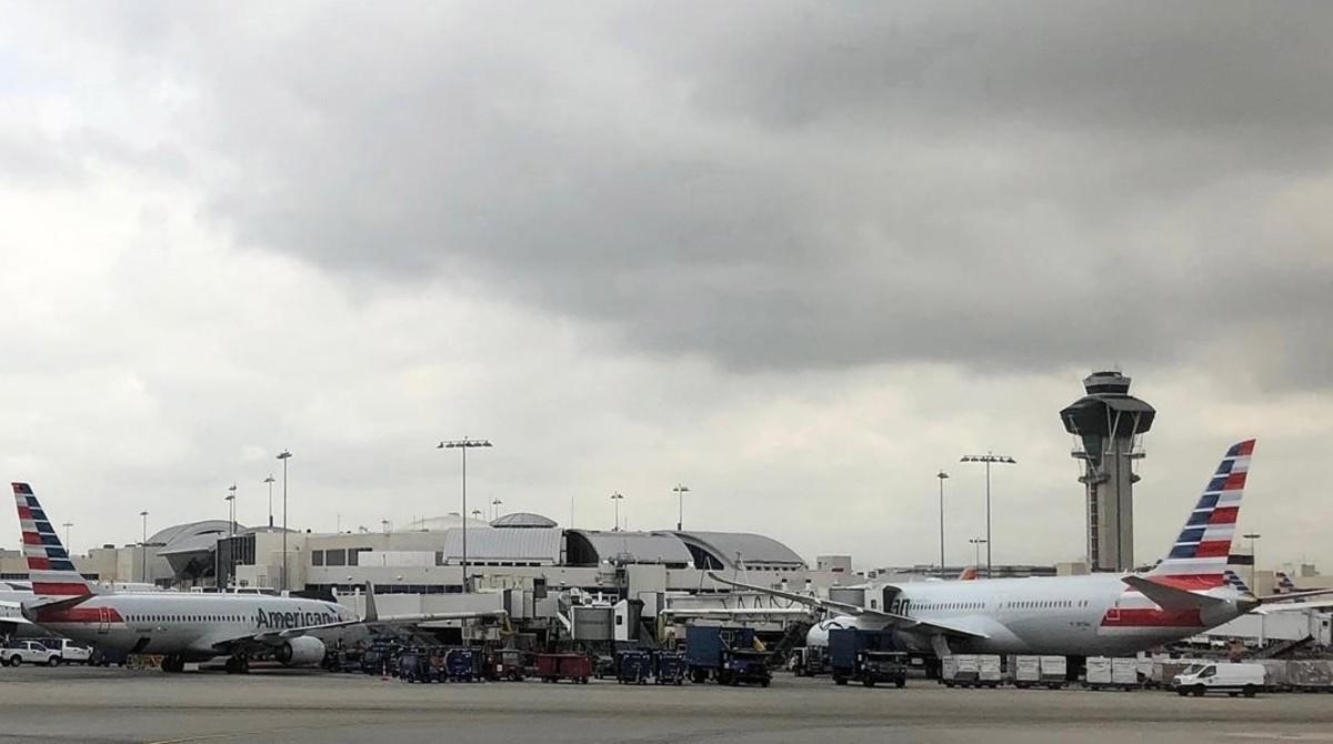 Aviones en la estación del Aeropuerto Internacional de Los Angeles