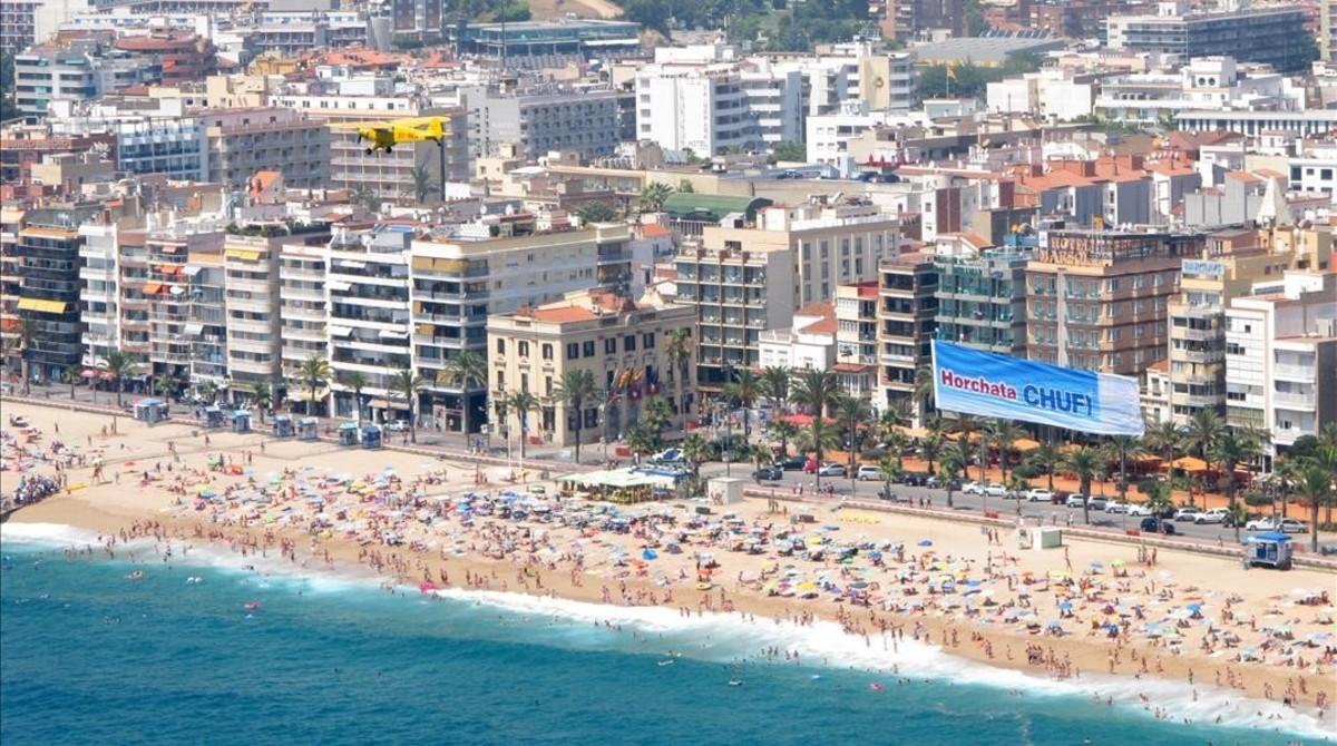 Avioneta de la empresa Tavisa, fletada para una campaña promocional por la costa catalana.