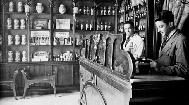 Los empleados de la farmacia Bolos, en una fotografía de 1902 cedida por Jordi de Bolos Giralt.