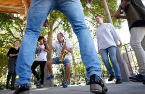 Iván Bouchain, con el saxo al cuello, durante una tap jam dominicalen la glorieta del parque de la Ciutadella.