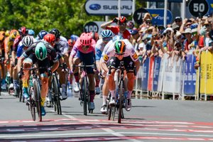 Sam Bennett, a la derecha, se impone en la primera etapa del Tour Down Under, en Australia.