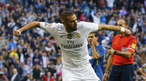 Benzema celebra con rabia su segundo gol al Getafe en el Bernabéu.