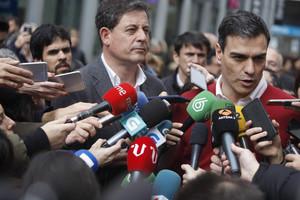 Besteiro, tras Pedro Sánchez, este jueves, durante la visita del líder socialista a A Coruña.
