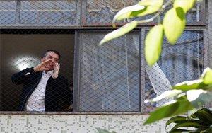 Jair Bolsonaro desde una ventana de su residencia oficial en Brasil.