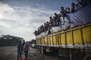 MXX10 TEPANATEPEC MEXICO 29 10 2018 - Integrantes de la caravana de migrantes centroamericanos se preparan para su salida desde Tepatepec hacia la localidad de Niltepec en el estado de Oaxaca Mexico hoy lunes 29 de octubre de 2018 La caravana de migrantes centroamericanos en su mayoria hondurenos siguio hoy avanzando a traves del sureno estado mexicano de Oaxaca con direccion a Estados Unidos el mismo dia en que un nuevo contingente de unas 2 000 personas entro a Mexico desde Guatemala EFE Luis Villalobos