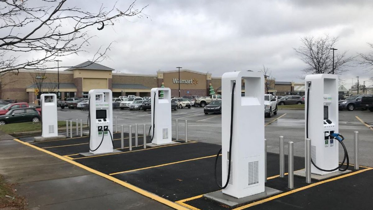 Cargadores para coches eléctricos en los supermercados Walmart.
