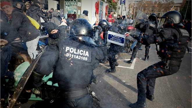 Cargas de los Mossos contra los CDR en Drassanes, en Barcelona.