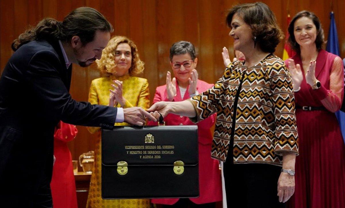 Pablo Iglesias toma posesión de su cargo y recibe su cartera de manos de Carmen Calvo.