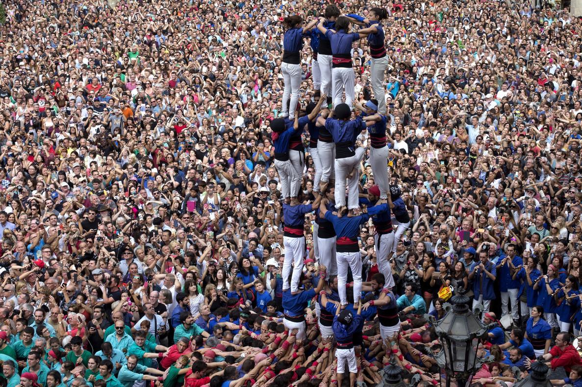 Castellers en la plaza de Sant Jaume.