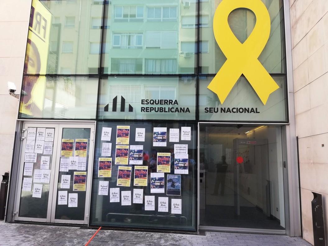 """Los CDR exigen """"desobediencia o dimisión"""" ante las sedes de ERC y PDECat"""