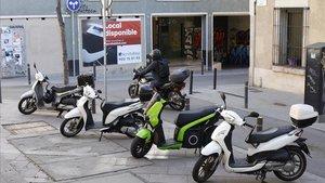 Ciclomotores mal aparcado en la plaza del Nord, Gràcia, la semana pasada