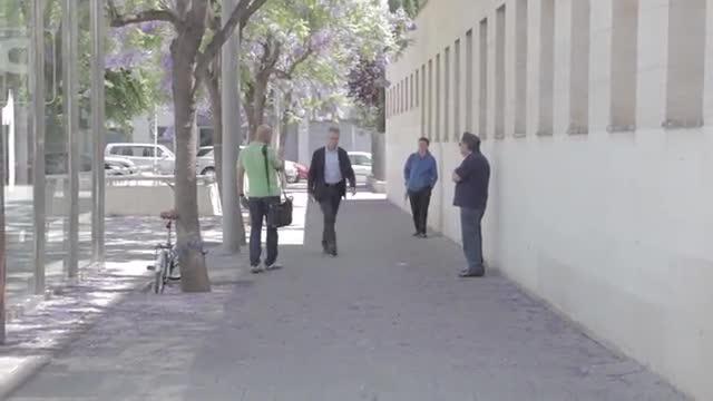 Un ciutadà de Mataró increpa Josep Ibern a l'arribar aquest als jutjats de Mataró, aquest matí.