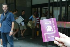 Colas para hacerse el pasaporte en una comisaría de Barcelona, en una imagen de archivo.