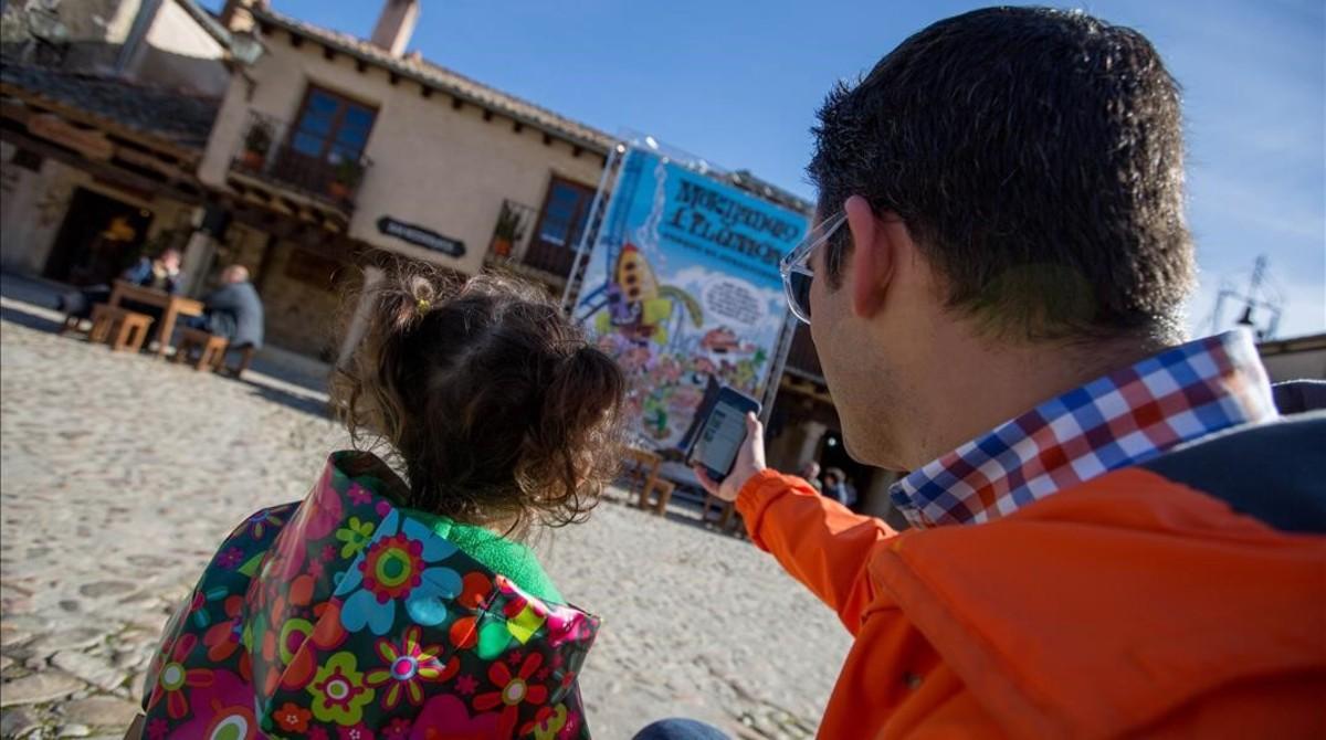 Compra de un ebook de Mortadelo capturando portada desde el móvil, en el acto del quinto aniversario del Kindle de Amazon en España.