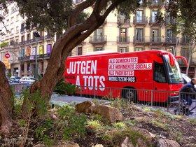 """Òmnium posa en circulació per Barcelona un autobús contra el """"judici a la democràcia"""""""