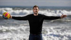 Dani López Pinedo, posando este viernes en la playa de la Barceloneta.