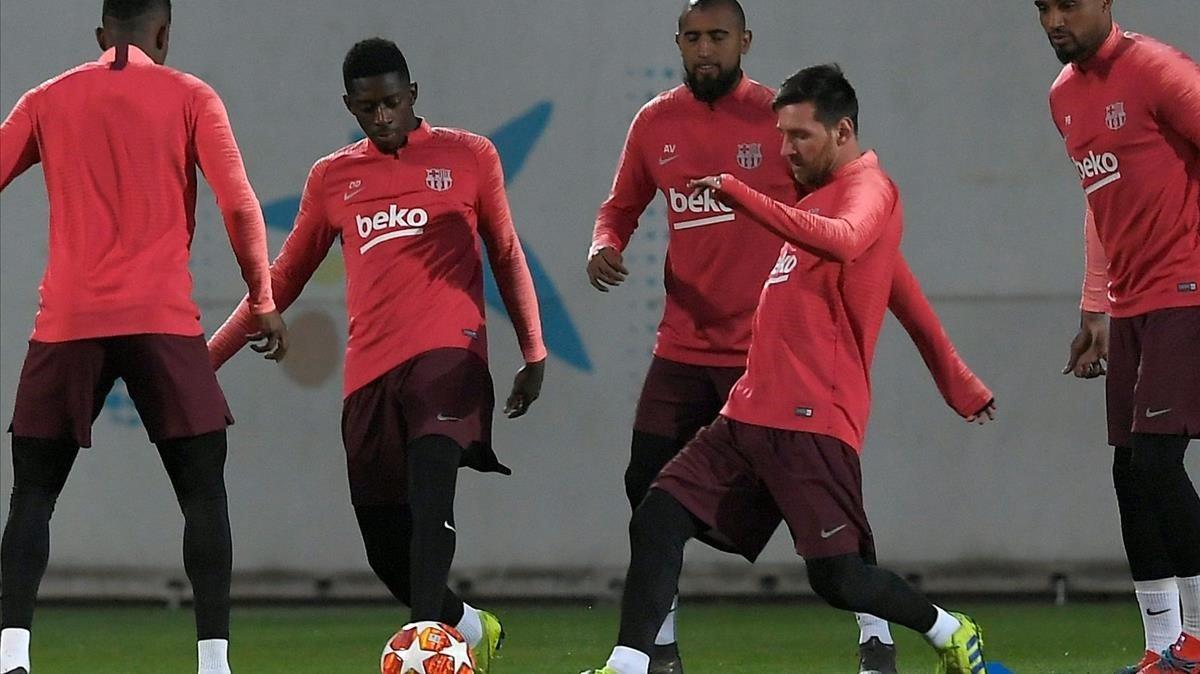 c3ccd22a45ae6 Dembélé entre Arturo Vidal y Messi en el último entrenamiento del Barça  antes de la cita