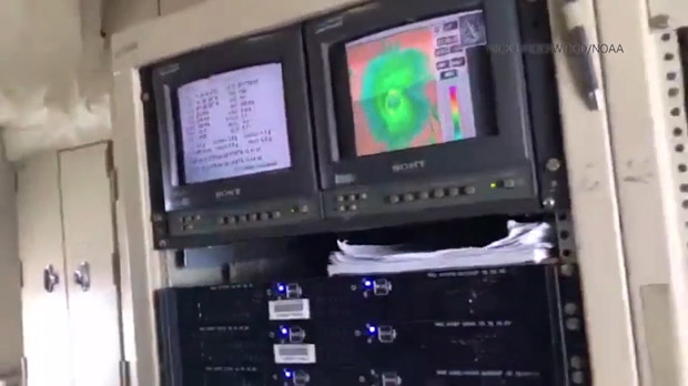 Un avión cruza el ojo del huracán Irma el martes en la mañana, en un vuelo del NOAA (National Oceanic and Atmospheric Administration).
