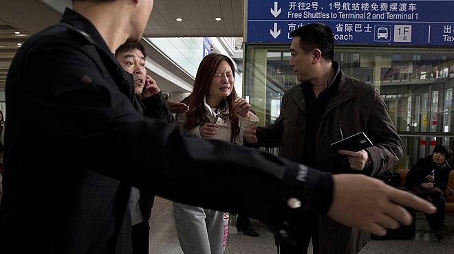Confusión y nervios entre los familiares de los pasajeros del avión de Malaysia Airlines