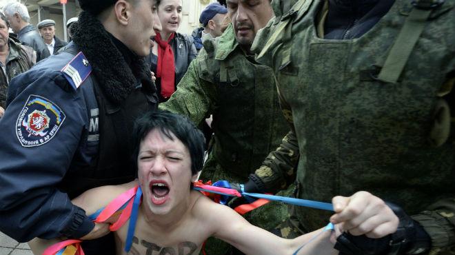 Detenció de dues activistes de Femen a la localitat de Simferopol.