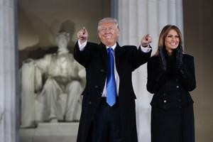 Trump, acompañado por su esposa Melania, ante el monumento a Lincoln, a su llegada para participar en el concierto por la investidura.