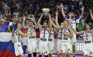 Dragic levanta el trofeo de campeón rodeado del equipo esloveno