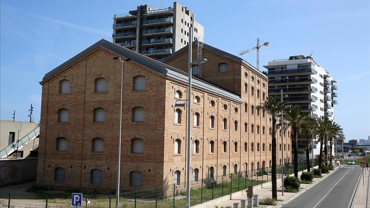 El edificio de la antigua fábrica CACI de Badalona, que debe albergar el museo del cómic.