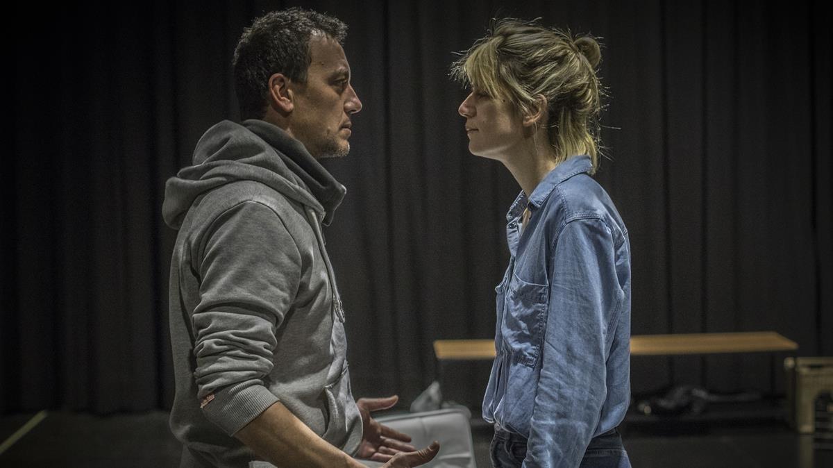Alba Pujol y Roger Casamajor en un ensayo de Nerium Park, escrita y dirigida porJosep Maria Miró.