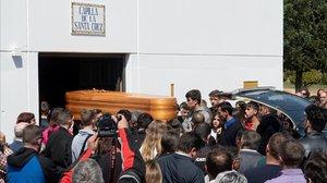 El entierro del joven piloto Marcos Garrido congregó a cientos de aficionados en Rota, Cádiz.