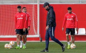 El entrenador del Sevilla, Pablo Machín, junto a Silva, Mercado y Banega, en el entrenamiento