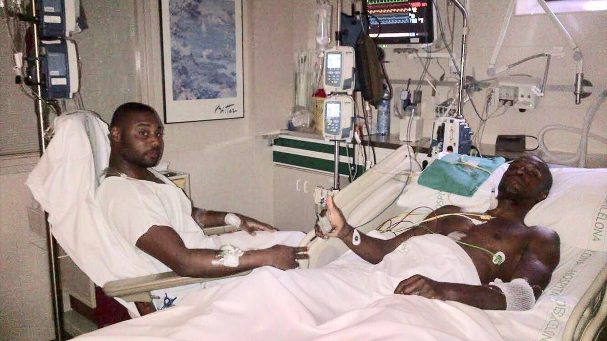 Eric Abidal recuperandose en el hospital tras la operación