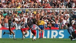 Los jugadores estadounidenses celebran el gol en propia puerta de Escobar (de espaldas, con el dorsal 2).