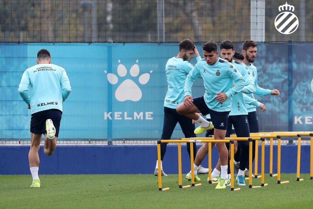 El RCD Espanyol, en un entrenamiento antes del parónen la Ciudad Deportiva Dani Jarque.