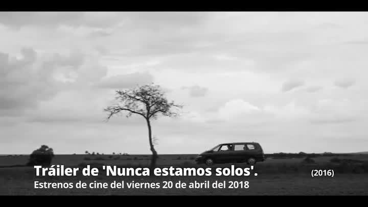 Tráiler de Nunca estamos solos (2016).