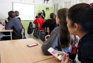 Estudiantes del INS Torre del Palau de Terrassa utilizando el móvil en clase.