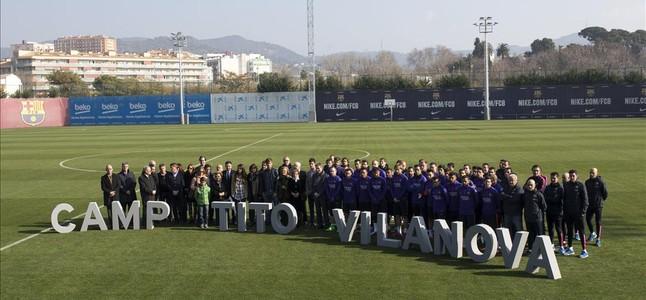La familia, amigos, directivos y el primer equipo del Barça en el campo Tito Vilanova de la ciudad deportiva, en el homenaje al técnico fallecido.