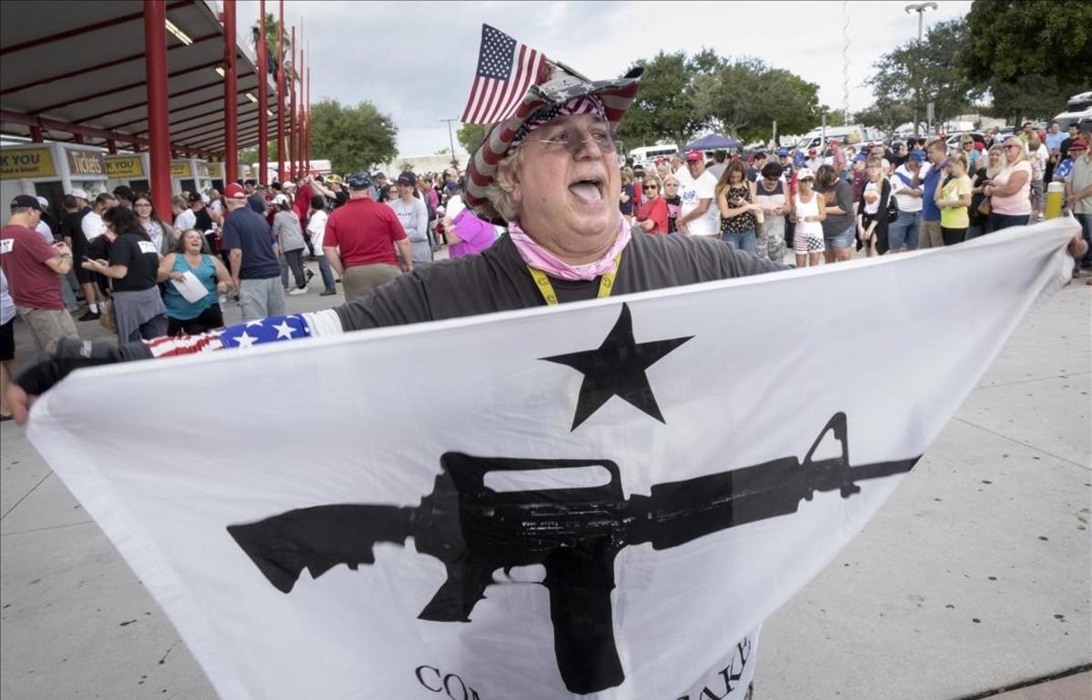 Fermín Vázquez, seguidor deDonald Trump, canta consignes a West Palm Beach, Florida.