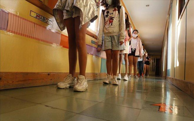 Fila en un colegio de Barcelona, con los escolares dispuestos según establece el protocolo contra el coronavirus.