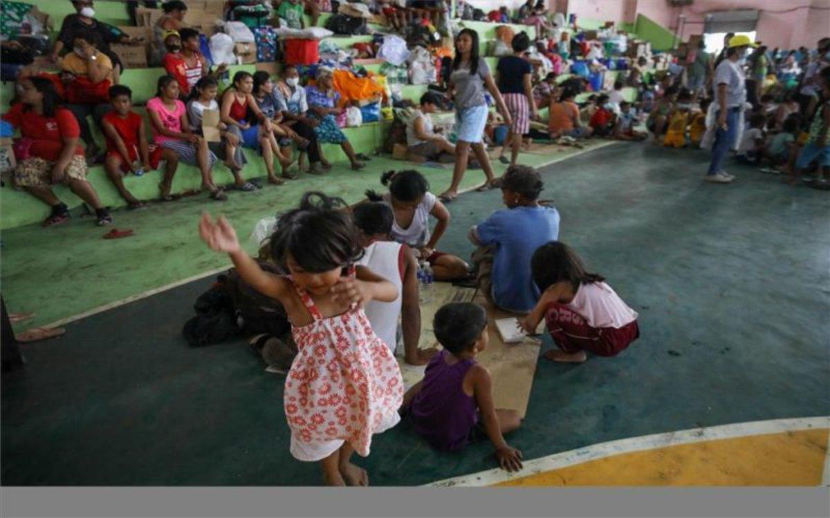 Niños filipinos en un refugio temporal por la erupcipón del volcánTaal.