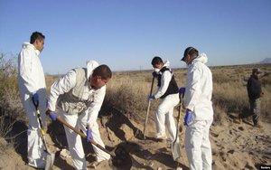 Aurtoridades mexicanas buscan en fosas clandestinas cuerpos de desaparecidos.