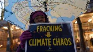 Una mujer anti-fracking protesta cerca de la sede de la ONU en Nueva York en una foto de archivo del 2014.