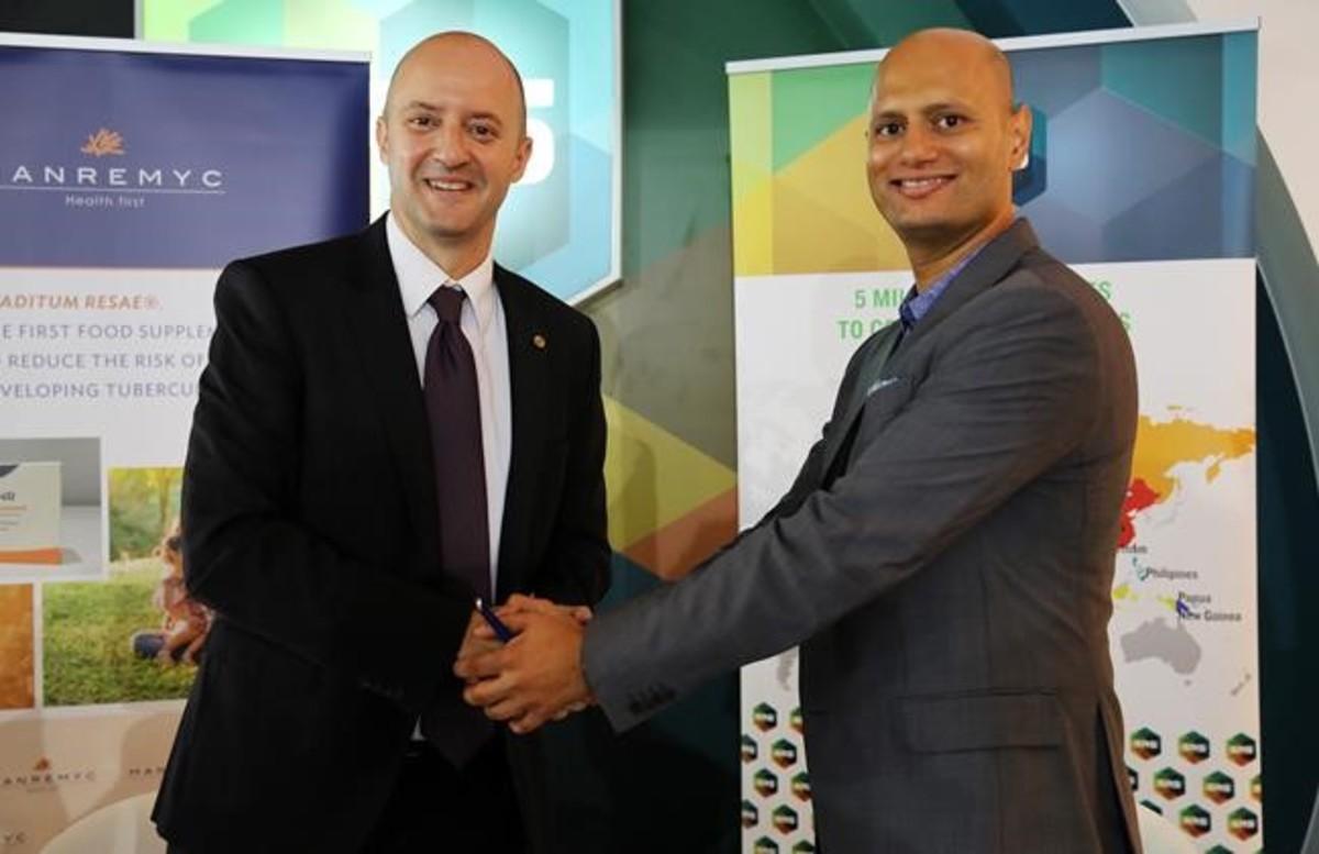 Cardona, izquierda, saluda a Suchet Ratogui, consejero delegado de SRS.
