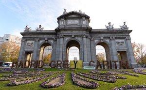 La organización ecologista Greenpeace cambia el lema de 'Madrid Green Capital' por 'Madrid Grey Capital'.