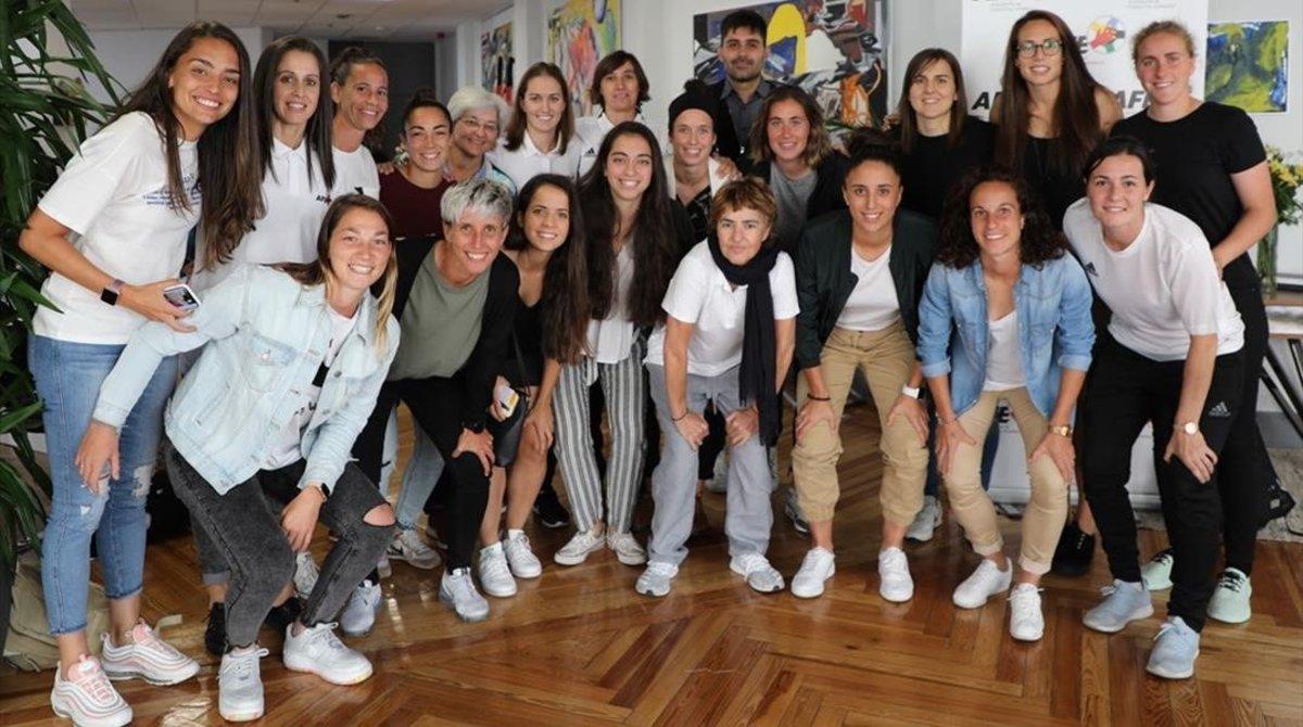 Un grupo de futbolistas posa con David Aganzo, el presidente de la AFE, en octubre del 2019.