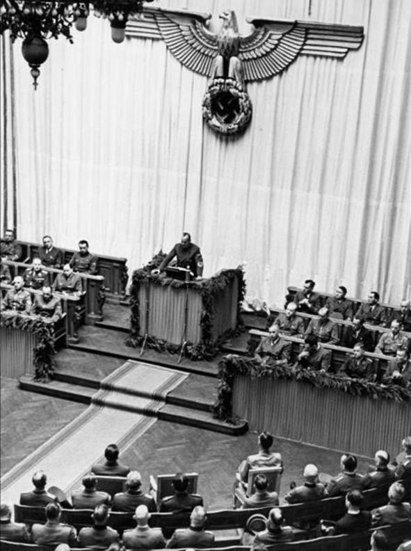 Hans Frank, el 1 de agosto de 1942, en el Aula magna de la Universidad de Galitzia, donde anunció lo que significaría el asesinato de miles de judíos.