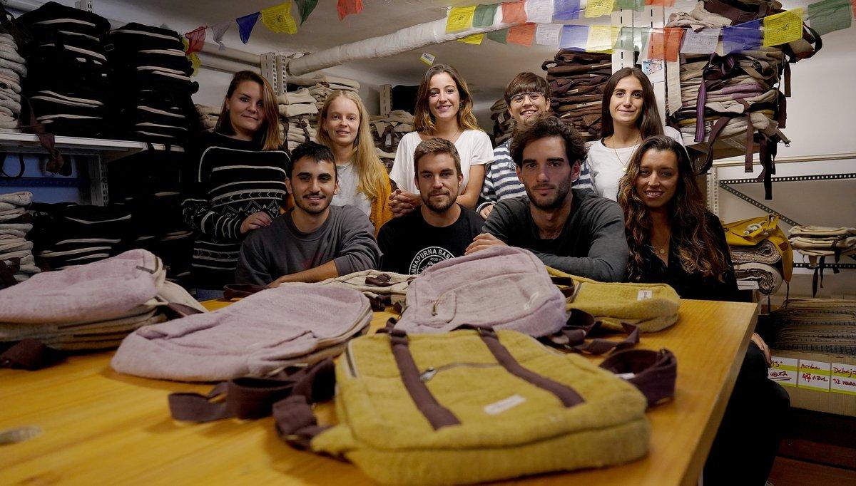 Gloria Gubianas y el resto de socios de la empresa Hemper, que fabrica mochilas en Nepal de 'comercio justo'.