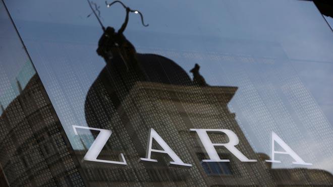 Inditex gana 734 millones, el 9,8% más, en su primer trimestre. En la foto, el logo de Zara reflejado en un cristal, en el centro de Madrid.