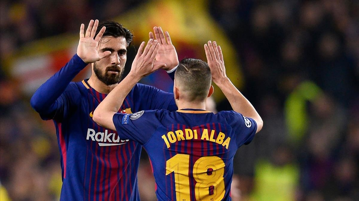 Iniesta felicita a AndréGomes tras el partido.